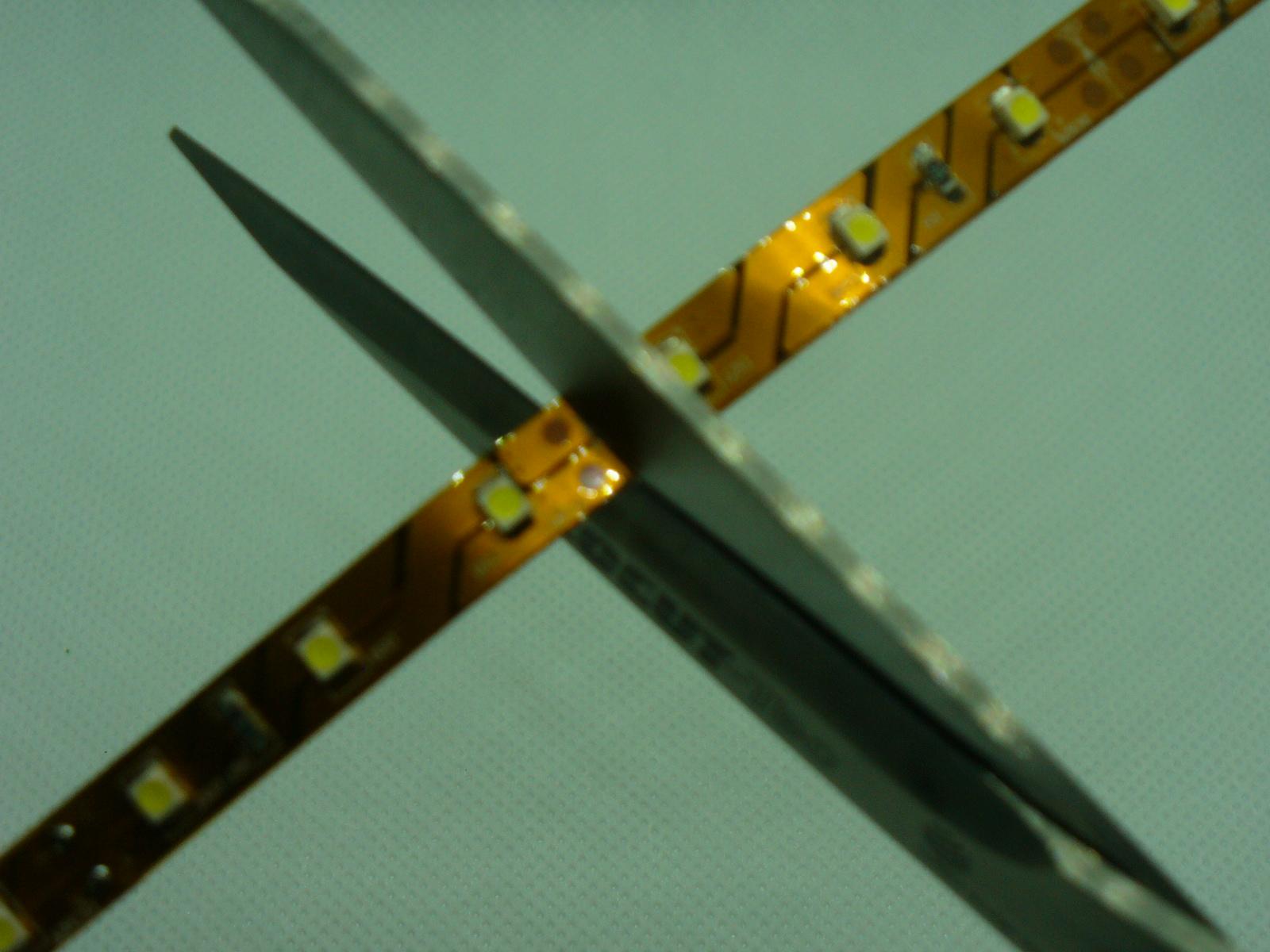 Obyčejnými nůžkami ustřihnete LED pásek bez problémů