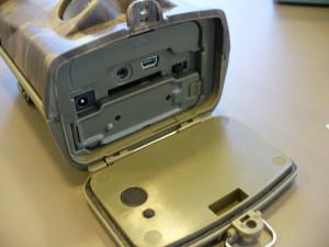 Prostor pro SD kartu a konektory je ve spodní části fotopasti
